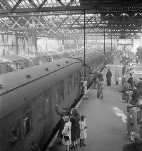 Euston_Station_1944.jpg