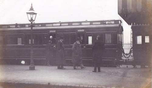 MR_Clerestory_KingEdward_1907_Saxby_railway_station.jpg